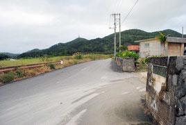 現火葬場(右側)の道路を挟んで向かい側(左)に新火葬場が建設される=14日午後