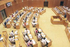 埋め立て防除条例の提案質疑の様子=16日午前、県議会