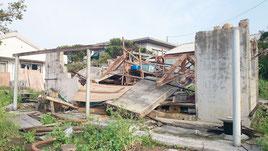 台風21号の強風で全壊した久部良地区の倉庫(29日)