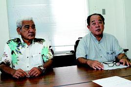 記者会見で法人の理事辞任を発表する伊良皆氏と今村氏(左から)=21日午前、市役所