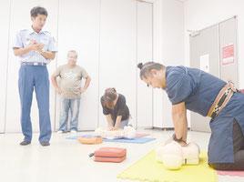 救命士(左)に教わりながら心肺蘇生の実習を行う参加者ら=11日午後、市総合体育館