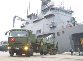 輸送艦「おおすみ」から発射機を搭載した車両2台が陸揚げされた=6日、石垣港