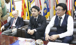 名城理事長(左)と末広副理事長(中央)らが模擬選挙の意義を語った=31日、沖縄尚学高等学校