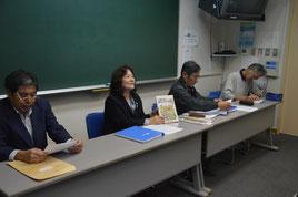 副読本の執筆者らが継続刊行を求める会見を開いた=21日、大濱信泉記念館