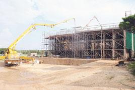 入札不調の末、随意契約となった明石小体育館の建設工事現場。付帯工事も入札不調となっている(20日午後)