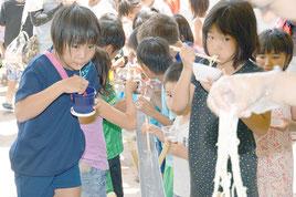 流しそうめんを味わう児童たち=18日、新川小学校