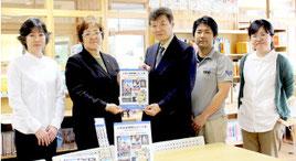伊野田小学校に「八重山探検隊レポート集」が贈呈された=26日午後、伊野田小学校