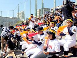 父母やOBなど、多くの人が集まった=26日、鹿児島市鴨池公園野球場スタンド