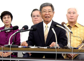 衆院選で沖縄4区からの出馬を表明する仲里利信氏=22日