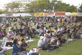 石垣島まつりのステージ前。2つの祭り同時開催で多くの人が集まった=7日午後、新栄公園