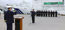 入港報告する白澤船長(中)=3日午後、石垣港G岸壁