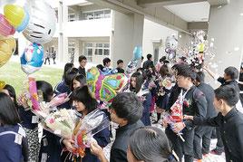 在校生から花道で見送られる卒業生=1日午後、八重山高校