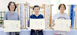 最優秀賞の来間さん(中央)、優秀賞の松下さん(右)、与儀さん(左)=28日午後、市伝統工芸館