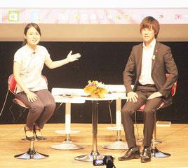 カズヤ氏(右)と我那覇真子氏(左)がトークライブを行った=25日夜、パレット市民劇場
