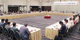 2016年開催の「第6回世界のウチナーンチュ大会」に向けて、多くの委員が意見を述べた=12日午後、ANAクラウンプラザホテル沖縄ハーバービュー