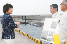 台風被害に遭った登野城地区魚類養殖場を視察する島尻沖縄担当相(17日午前)