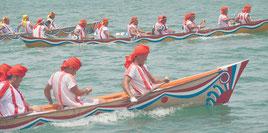 爬龍船競漕大会が行われ、豊漁と航海安全を祈願した。本バーリーで接戦になると多くの歓声が上がった=19日、石垣漁港