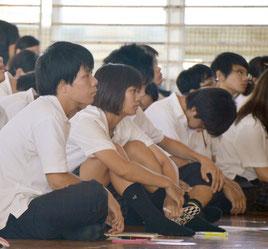 生徒が6班に分かれて、調査結果を報告。生徒たちは真剣に聞き入った=17日、八重山商工体育館