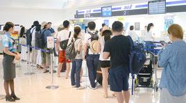 搭乗便変更や空席待ち手続きを行う利用客の列=10日午後、石垣空港