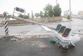サザンゲートブリッジ前で倒壊した電柱と信号機=24日午前7時ごろ