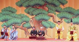 登野城字会が石垣市無形文化財「大胴小胴(ウードゥクードゥ)と太鼓の段のもの」を披露した=29日、国立劇場おきなわ