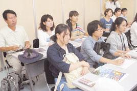 竹富町の環境行政について話を聞く東海大の学生=8月31日午後、町役場