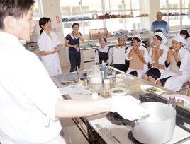 講師の中村生さんが実演し、生徒は熱心に聞いていた=9日、同校調理室