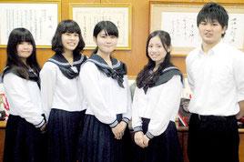 県外の国公立大合格を決めた八重高の生徒たち=19日午前、同校