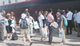 石垣港に入港した米国籍のクルーズ船から降り立った外国人の乗客。市を訪れる外国人観光客は増加傾向にある=14日午後、石垣港