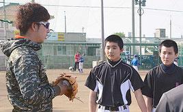 送球や守備について話す大嶺祐太(左)=12月31日、八重山商工グラウンド