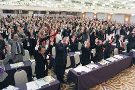 参加者らは日本建国を祝い万歳三唱を行った=11日午後、那覇市内ホテル