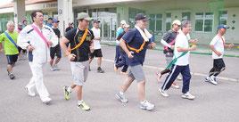 全国労働衛生週間のアピール駅伝で走り出す参加者ら=26日午後、市健康福祉センター