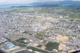 石垣市の市街地。復帰後、社会資本の整備が進み、順調な発展を遂げてきた(2015年4月撮影)