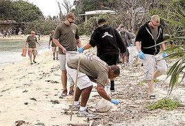 名護市屋我地でビーチクリーンを行うキャンプシュワブの海兵隊員ら(提供:在沖海兵隊バトラー基地報道部)