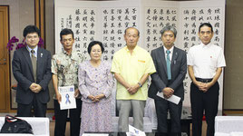 県内の特定失踪者の家族、濱端俊明さん(左から2番目)、下地元枝さん(同3番目)らが仲井真知事を訪問した=6日、県庁