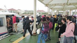 石垣島に戻る観光客で混雑する竹富港=23日午前、竹富港