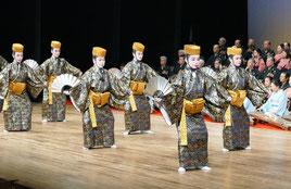 平田弘子琉舞道場によるかぎやで風の踊り=23日午後、市民会館大ホール