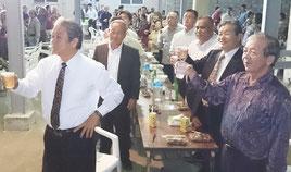 自衛隊に賛成する会の慰労会・解散式で乾杯する外間町長ら参加者=2月28日、与那国町
