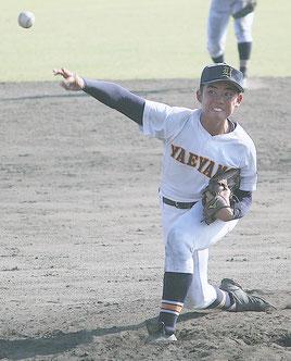 仲山琉斗投手は、投打でチームの勝利に貢献した=24日午後、鹿児島県立鴨池野球場