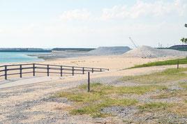 来年の夏をめどに共用開始される見通しの人工ビーチ=15日、南ぬ浜町