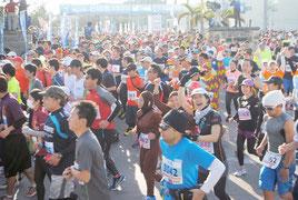 午前9時、ランナーが一斉にスタート地点から飛び出した=25日、市中央運動公園