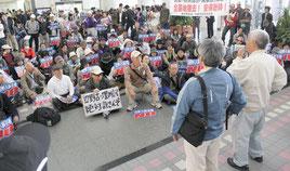 許可なく拡声器やのぼりを持ち込んだ市民らが県民ホールで集会を行った=9日、県庁