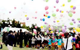 復興と鎮魂の願いを込め、風船を飛ばす市内の園児=11日午後、新栄公園