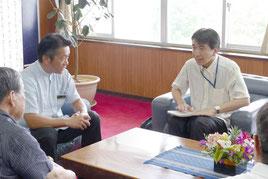 中山市長に報告を行う沖縄防衛局の森企画部長=11日午後、石垣市長室