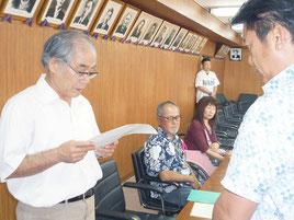 障害者が選挙に参加しやすい環境づくりを中山市長に要請する小倉会長=7日午後、市役所