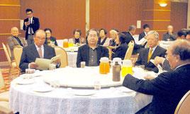 新庁舎を現在地で建設するよう求める決議を承認した美崎町自治公民館の総会(8日夜)
