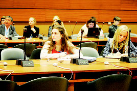 シンポジウムで県民の会メンバーのスピーチに耳を傾ける各国の参加者=21日、スイス・ジュネーブの国連欧州本部