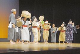 老人芸能大会で演じられた黒島老人クラブの「家造りジラバ」=30日午後、市民会館大ホール