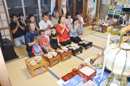 弘市さんを筆頭に仏壇に手を合わせ、先祖に感謝した=15日、登野城