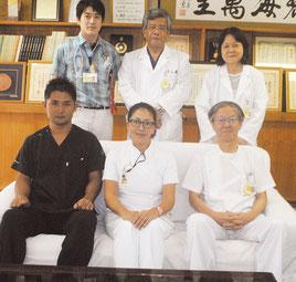 八重山病院の依光院長(後列右)とがん治療に当たる専門医、看護師ら(前列左から神谷医師、内田看護師、尾崎外科部長、後列左から瀬尾医師、玉城副院長)=6日、同病院
